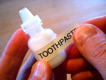Eyedroptoothpaste